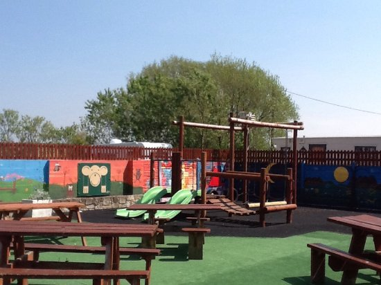Lighthouse Pub & Diner: Children's play area at the rear of pub.