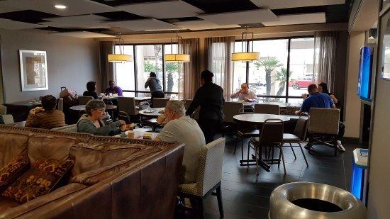 Wingate by Wyndham Los Angeles International Airport LAX: Сидим и что-то едим