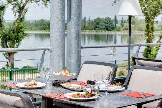 Meyzieu, France: Terrasses du restaurant des Voiles avec vue sur le Grand Large