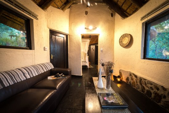 Balule Nature Reserve, South Africa: Billy's Lodge Luxury Cottage Private Lounge View 3