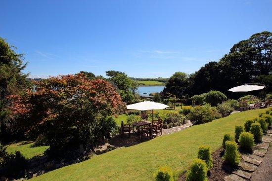 Yeoldon House Hotel: Garden towards River Torridge