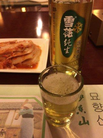 Ji'an, Kina: 最初の一杯は店員さんがついでくれました。