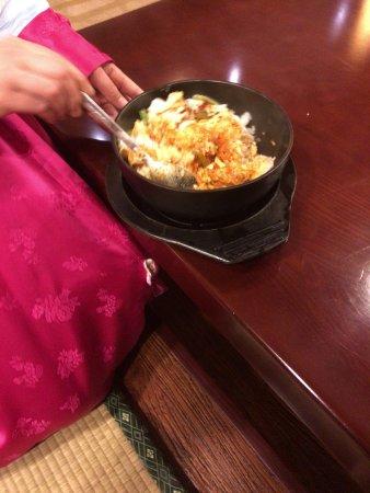 Ji'an, Kina: ビビンパップもこの店員さんが混ぜてくれました。