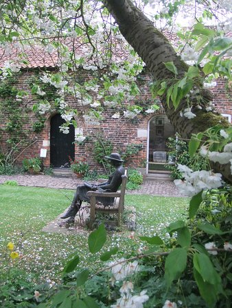 Stillingfleet, UK: Courtyard statue with cherry blossom
