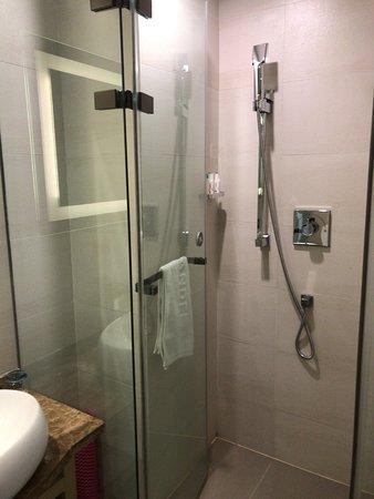 Ji'an, China: シングルルーム。シャワーのみ。アメニティは揃っている。