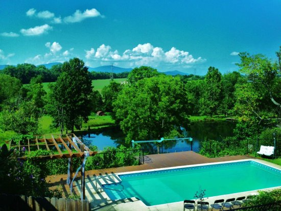 Vanquility Acres Inn: Pool overlooking the mountains and fishing pond, located near the cottages.
