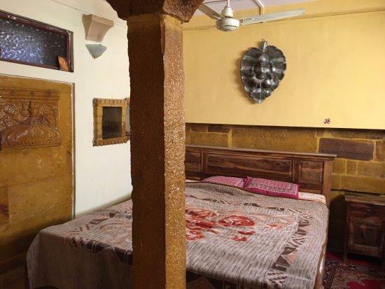 Hotel Deep Mahal: bed