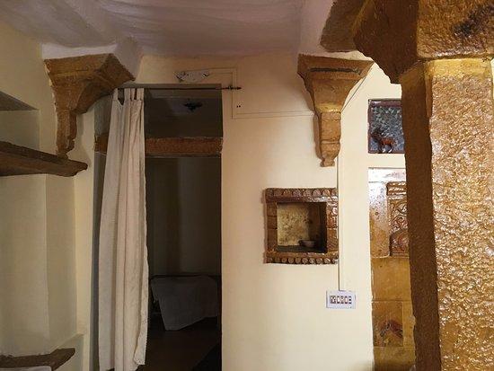 Hotel Deep Mahal: way to bathroom and luggage room