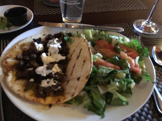 Artesia, Nuevo Mexico: Beef tips on pita bread.