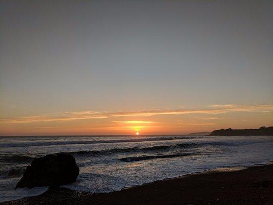 Silver Surf Motel: пляж Сан-Симеона