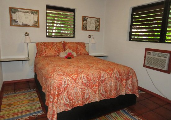 Harbour Club Villas & Marina: Queen sized bed with screened and louvered windows