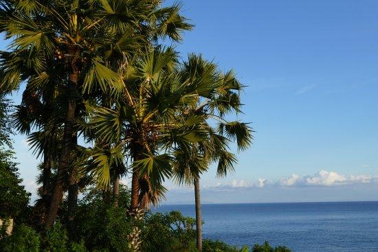 Seraya, Indonesia: Blick von der Terrasse und vom Pool aufs Meer
