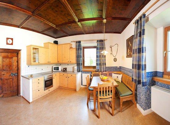 Maishofen, Áustria: Zirbenstube kitchen