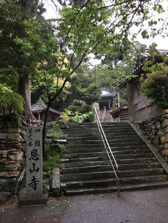 Komatsushima, Japan: 本堂へと続く石段
