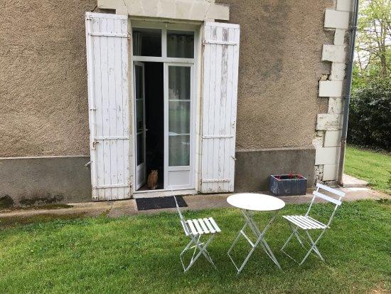 Vouneuil-sur-Vienne, France: La chambre papiers de soie donnant sur le jardin