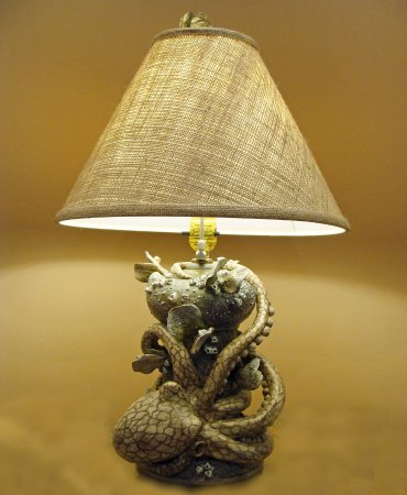 Portsmouth, Вирджиния: Porcelain octopus table lamp sculpture by Kevin Collins.