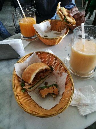 Mango: Variedad de jugos y sándwich, deliciosos, lugar amplio y ventilado