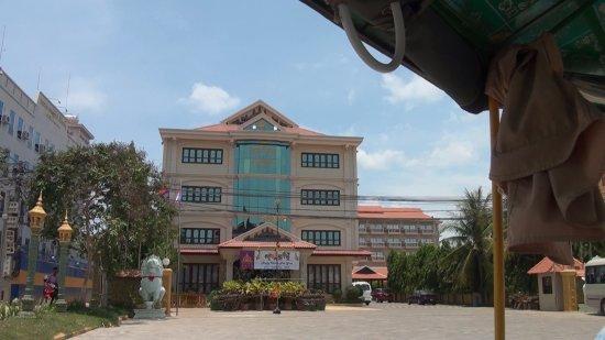 Lucky Angkor Hotel: 1- е здание отеля от трассы.