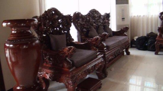 Lucky Angkor Hotel: Резная мебель из тика в холле.