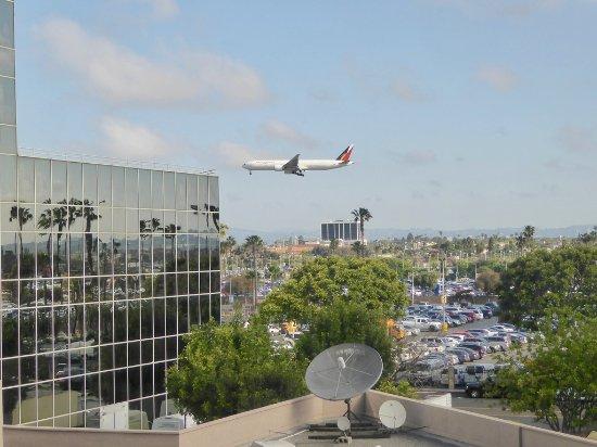 landende vliegtuigen vanuit crowne plaza lax picture of. Black Bedroom Furniture Sets. Home Design Ideas