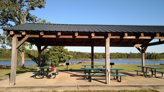 Perry, Georgien: Picnic Tables near the water