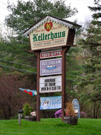 Weirs Beach, Nueva Hampshire: Kellerhaus - Sign By The Road