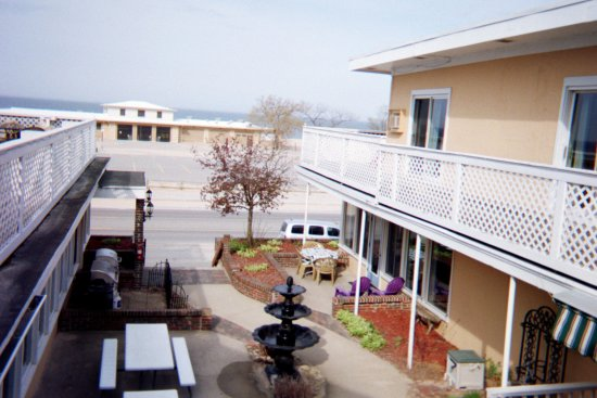 Bluewater Inn and Suites: Courtyard Fountain, BBQ Grills, and Outdoor Eating Area