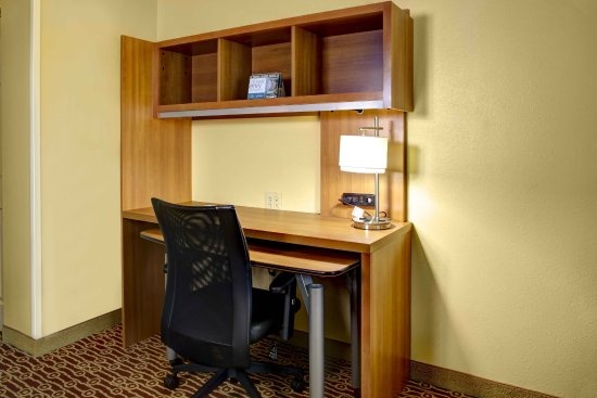 TownePlace Suites Cincinnati Blue Ash: Work Desk