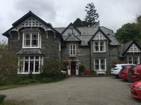 Llan Ffestiniog, UK: The Hobbit House, front view of house, dining room, view from garden
