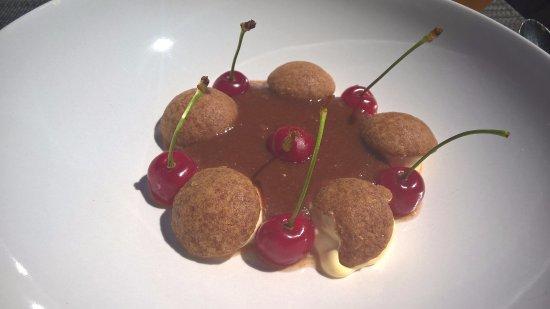 meringue caramel compot de pomme et cerises d noyaut es photo de le verre y table. Black Bedroom Furniture Sets. Home Design Ideas
