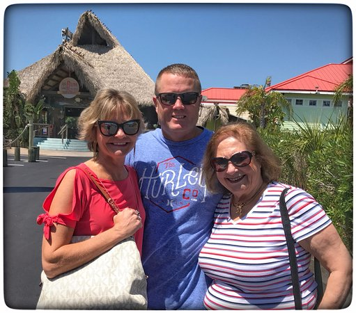 Port Richey, Φλόριντα: Holly, Jabe and Lynn in front of Rum River Tiki Bar and Grill