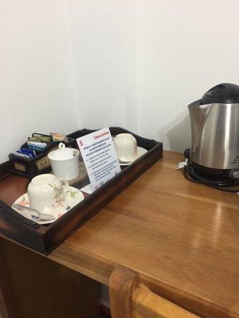Hotel Sol Del Sur: Tiene un buen servicio de café y té en la habitación