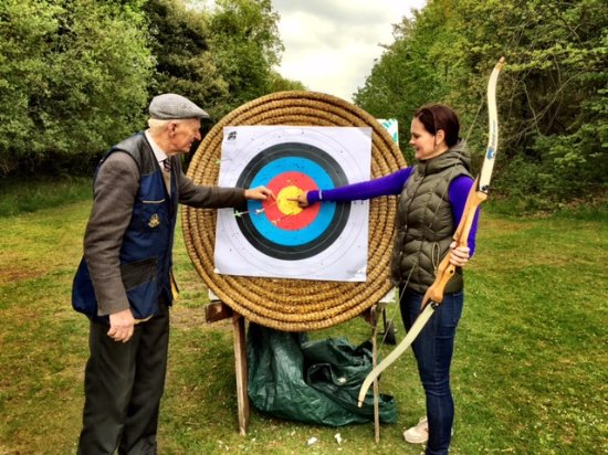 Newmarket-on-Fergus, Irland: Archery with Pat... he's Irish.