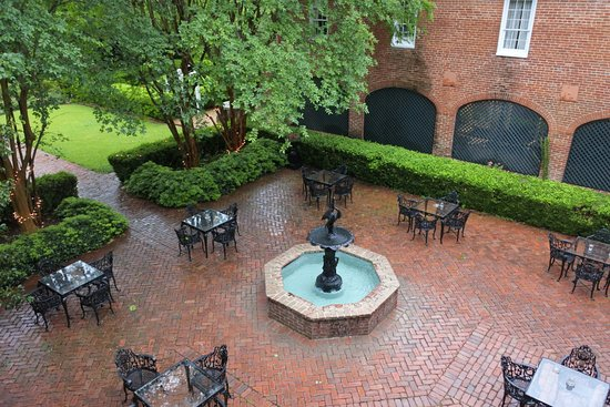 Monmouth Historic Inn Natchez: From room 22 view of the courtyard