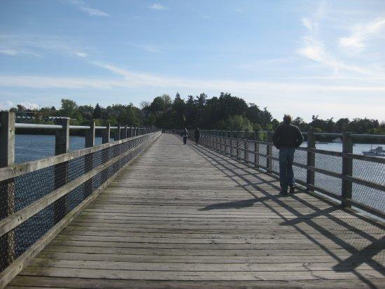 Victoria Capital Regional District, Kanada: Walking across the old rail bridge along the trail.