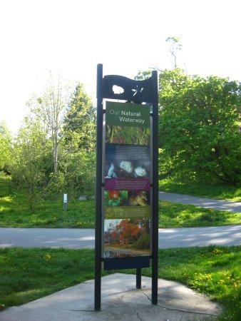 Victoria Capital Regional District, Kanada: Signage along the trail.