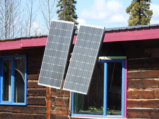 Faro, Canadá: Solar panels on the main building at the farm.