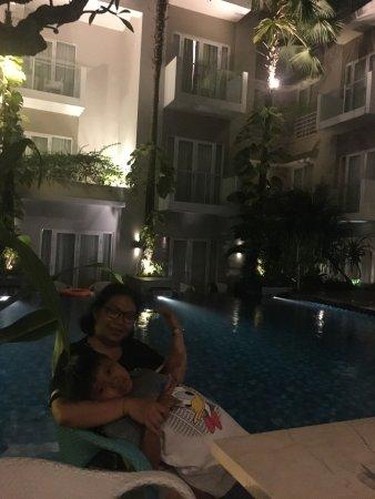 Grand Ixora Kuta Resort: night pool view