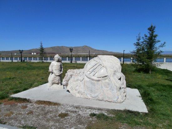 """Kyzyl, Rusko: Скульптура """"мой дом""""- кочевник с верблюдом."""