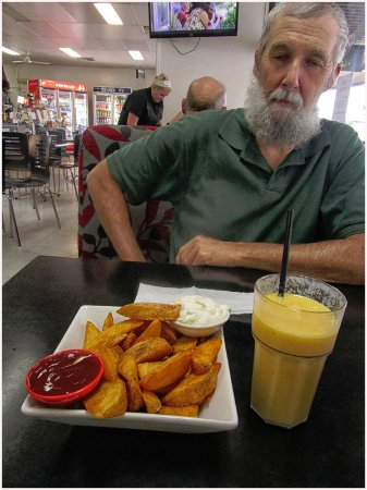Kingaroy, Australia: Wedges with sour cream and sweet chilly source & Mango thickshake
