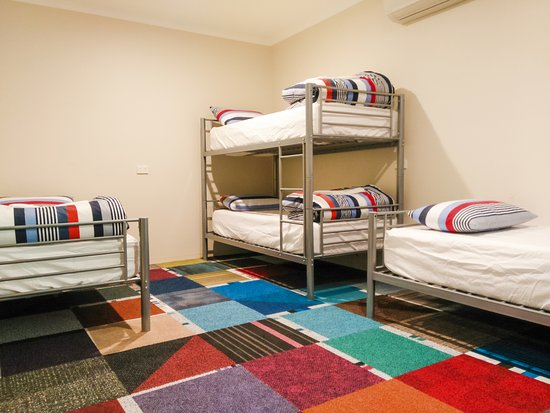 4 Person Dorm Room With One Bunk Bed And Two Single Beds Bild Von