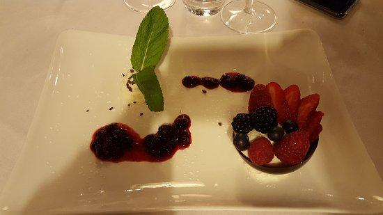 Casorate Sempione, Ιταλία: Sfera al fondente e cioccolato bianco con frutti rossi