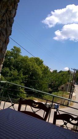 Kryoneri, Grecia: Particolare della vista che si gode dal balcone del ristorante