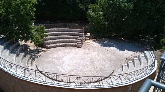 Kryoneri, Grecia: Anfiteatro sottostante, utilizzato spesso per concerti all'aperto