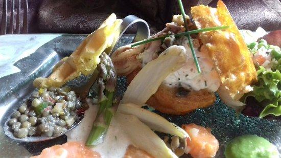 Vendays Montalivet, Francia: Profiterole de grenier médocain au foie gras ; Crémeux de radis noir pays et condiment d'asperge