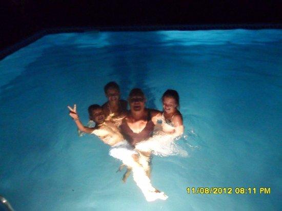 Scansano, Italy: nuotata notturna in piscina con i miei piccoli ospiti
