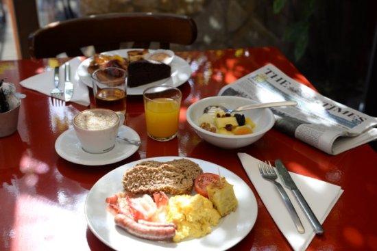 Aiguaclara Hotel: Desayuno buffet con platos calientes, preparados al momento