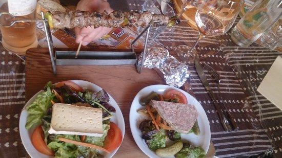 Abries, France: Lammspieß mit Käse und hausgemachter Terrine