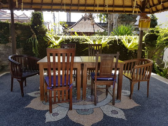 Ubud View Bungalows: Le coin repas face à la piscine