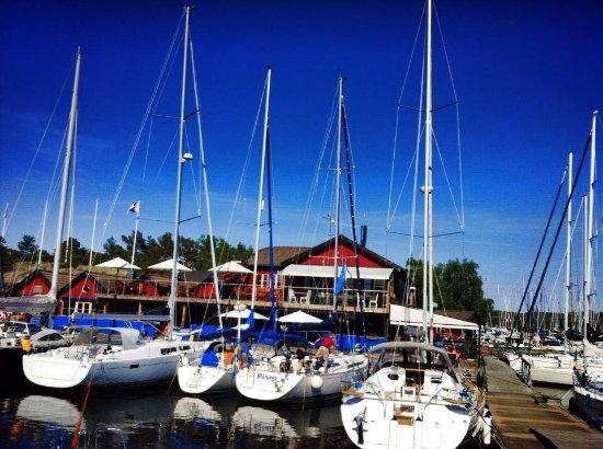 Varmdo, Schweden: Du kan besöka oss med både båt och bil